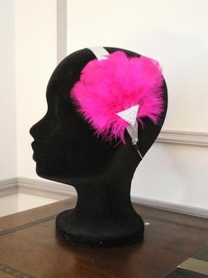 Froufrou glacé, headband en satin argenté et plumes fushia, 39 €