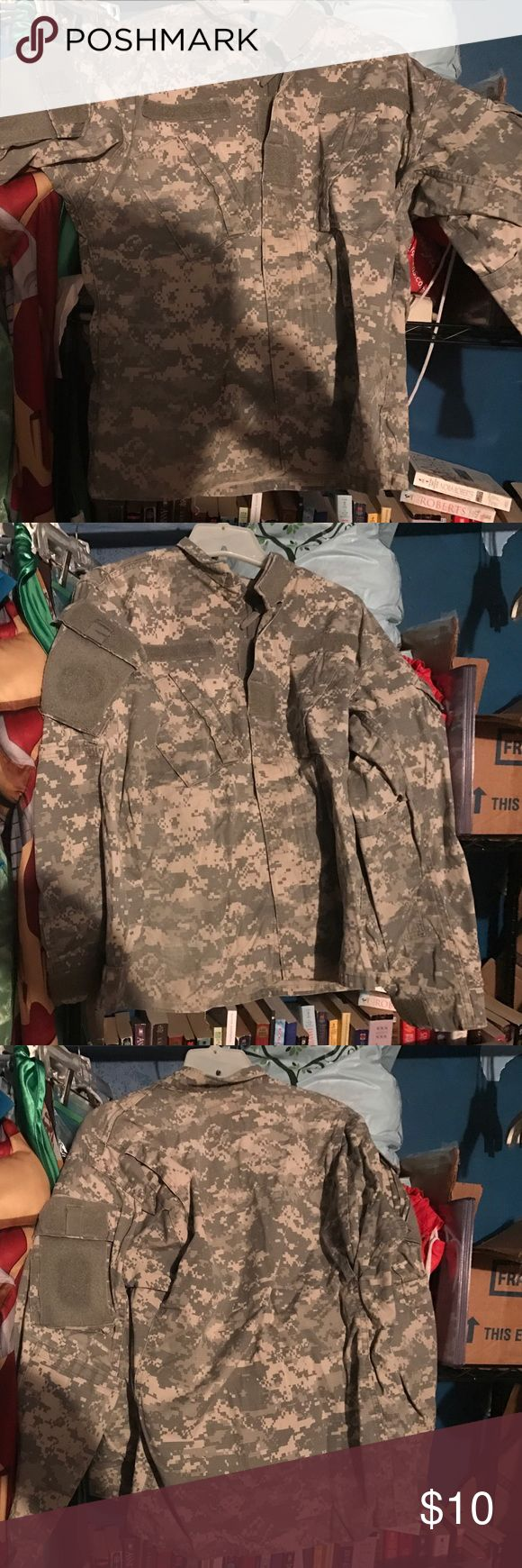 Acu military top This top is in excellent condition. The zippers and Velcro work Jackets & Coats Military & Field