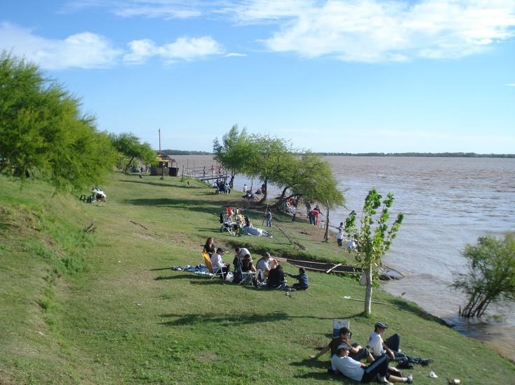 """""""""""Diamante"""""""" sobre el margen del rio Parana. Una ciudad en las barrancas, con mucha vegetacion, playas de aguas calidas. Se le llama la ciudad blanca, por los destellos de plata que tienen sus arenas en el fondo del rio, y son vistos, bien entrado en el horizonte. Diamante, prov. Entre Rios, Argentina"""