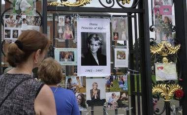El pueblo británico ha comenzado a dejar sus tributos frente al palacio de Kensington, en la víspera del 20 aniversario de la muerte de la princesa Diana.