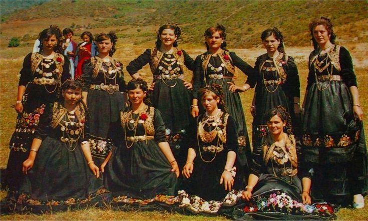 """Βλάστη Κοζάνης-Όμορφα κορίτσια με τις φορεσιές τους λίγο πριν μπουν στον """"Τρανό Χορό"""""""