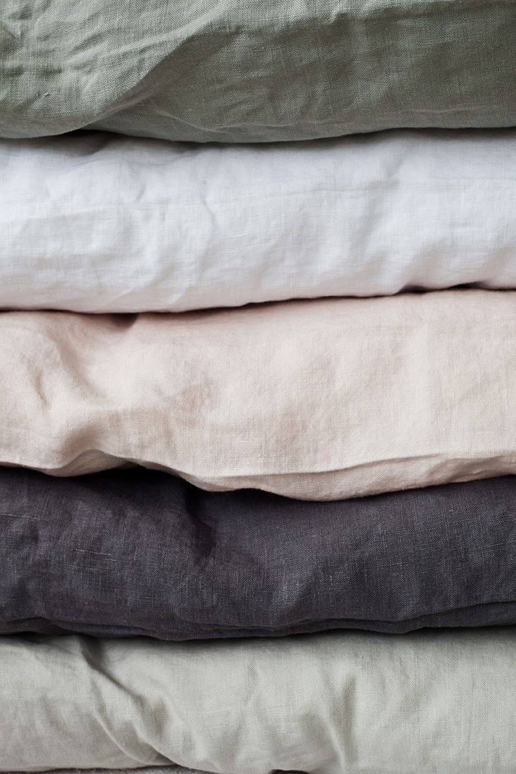 Underbart sköna sängkläder i stentvättat linne från svenska Tell Me More. Finns i färgerna vit, grått, mörkgrått och rosa. Påslakan finns i storlekarna 150x200 och 220x240 cm. Örngott säljes separat.