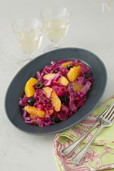 紫キャベツとオレンジの彩りよいサラダです。