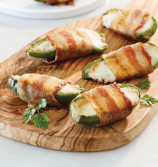 Jalapeños farcis, entourés de bacon - Parfaits avec l'apéro! Retirez le plateau d'aluminum de son emballage, et placez-le directement dur le gril ou au four!
