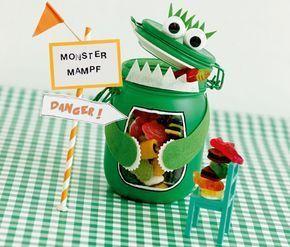 Ein Basteltipp für die nächste Monsterparty: Mr. Monsterbauch hat einen dicken Bauch, der viele Süßigkeiten oder anderen Kleinkram fasst. >> Anleitung