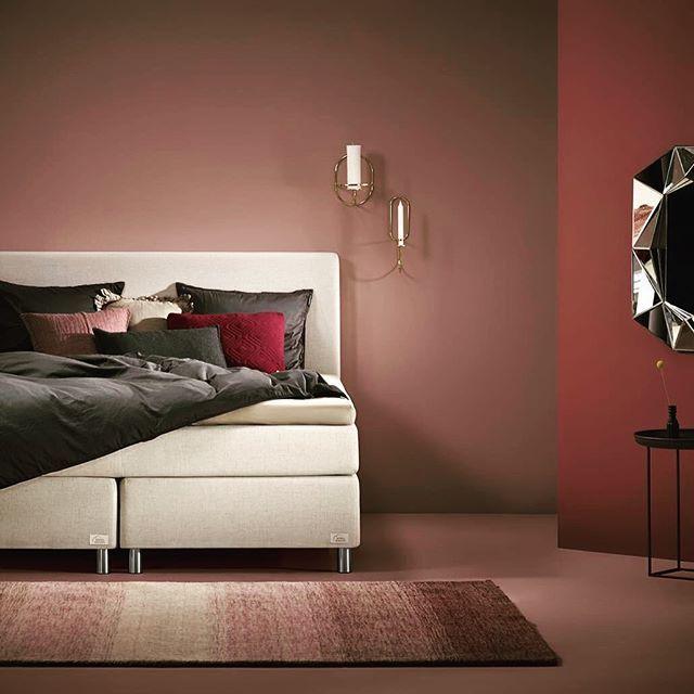 Vores luksuriøse seng 'Venus' går rigtig godt sammen med de rosa nuancer i det her stilede soveværelse! Hvilken farve er din seng? 😊 #soveværelse #boligindretning #hjem #velvære #seng