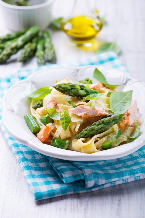 Diese leichte und frühlingshafte #Pasta mit zarten Lachsstückchen und knackigem, grünem #Spargel, muss man einfach probieren.