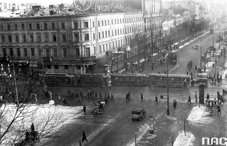 Skrzyżowanie Alej Jerozolimskich z ul. Marszałkowską w Warszawie (luty 1933 r.). https://www.facebook.com/479667668730827/photos/ms.c.eJw