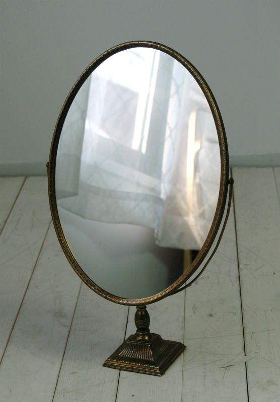 イギリスアンティーク スタンドミラー  13-5C10  通販価格 :10,000 円 獲得ポイント獲得ポイントとは :100pt ログイン後の購入でポイントが付与されます。 支払方法 :銀行振込OK代金引換OK 在庫確認 :ショップでご確認できます。 イギリスで買い付けたアンティークのスタンドミラーです。 真鍮製のとてもオシャレな作りの鏡です。 経年でくすんだ金属がとてもいい雰囲気です。 小ぶりで華美になり過ぎないデザインはインテリアミラーにぴったりです。 玄関先やチェストの上にぴったりな大きさです。 店舗ディスプレイやインテリアのポイントにもお勧めです。 鏡面の状態も良好ですので鏡として問題なく使用できるコンディションです。 全体的に古い物ですので、多少の傷、シミ、汚れ、錆びなどのダメージは御座います。 また古い鏡ですので今の鏡に比べ多少のくもりがございます。 商品詳細欄にて出来る限りの商品説明はいたしておりますが、説明しきれない多少の傷、汚れ、経年に伴う変色などがある事をご理解願い致します。 サイズ 全体の高さ 46cm  鏡の大きさ 36×26cm