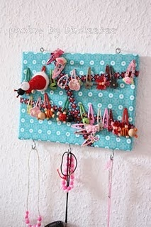 To all mothers of daughters: Do you also have hair clips everywhere in your house just not where you ned them? Here's an easy and fun way to keep them in one place.