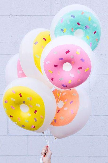 On décore des ballons comme des donuts