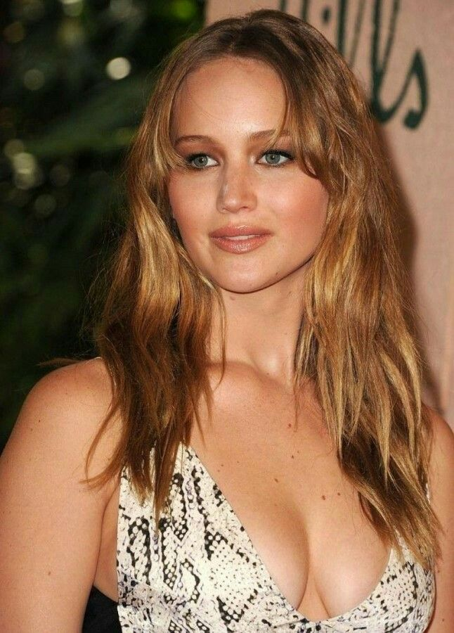 Jennifer Lawrence going braless because she can...