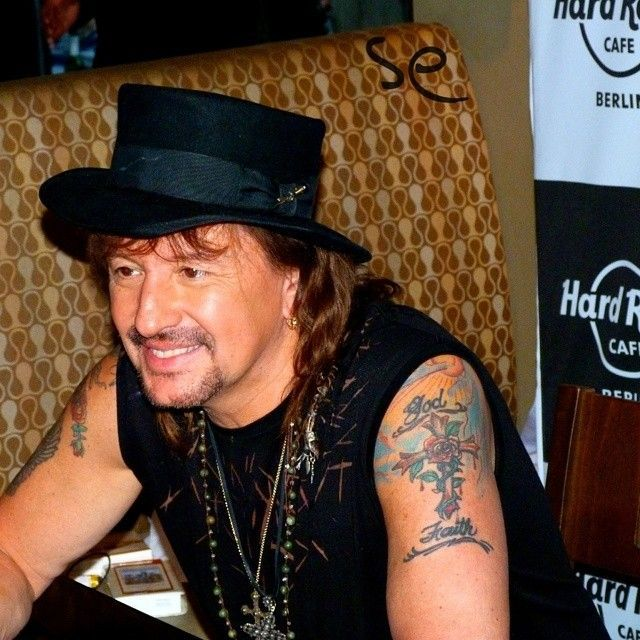 Keep rocking, man! Thanks for your kindness!   This was a amazing weekend, with your great concert! Thank you for all!   @therealsambora    #meet #treffen #hardrockcafeberlin #hardrockcafe #hardrockcafé #hardrock #hardrockmusic #berlin #capital #capitalcity #hauptstadt #germany  #deutschland #richiesamborafans #richiesambora #therealsambora #bonjovi #bonjovifans #pleasure #freude #fun #spass #nikon #nikond3000 #nikoncamera #nikon_photography #nikon_photography_ #nikonfoto #happy #overwhelmed