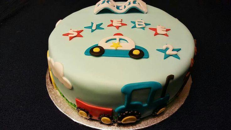Fondant taart met auto's en traktor. Voertuigen voor verjaardag jongen.