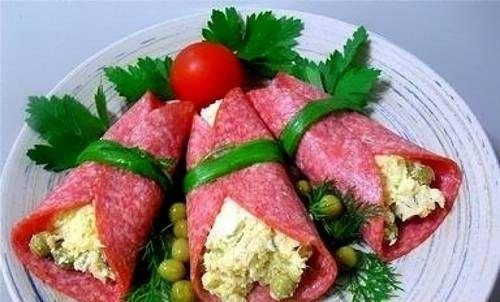 Закуска из салями с сыром