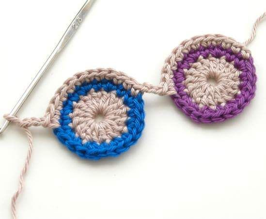 Encontrei estes colares no Facebook عالم الكروشية .É uma graça eu faria com umas miçangas . Mas assim mesmo estão charmosos.              ...