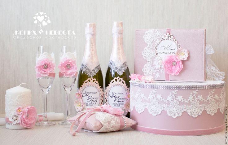 Купить или заказать Свадебный комплект 'Розовый кварц' в интернет-магазине на Ярмарке Мастеров. Свадебный комплект 'Розовый кварц'. В декоре использованы: кружево, вязаный декор, броши, цветы из ткани, бархатная лента. При наличии всех материалов, возможен максимальный повтор работы. В комплект входят: - Свадебные бокалы 1700р - Свадебный декор для шампанского 1500 - Сундучок для денежных подарков 2200 р - Книга пожеланий - 1500 р - Семейный очаг - 1100 р - Подушка для колец - 1300…