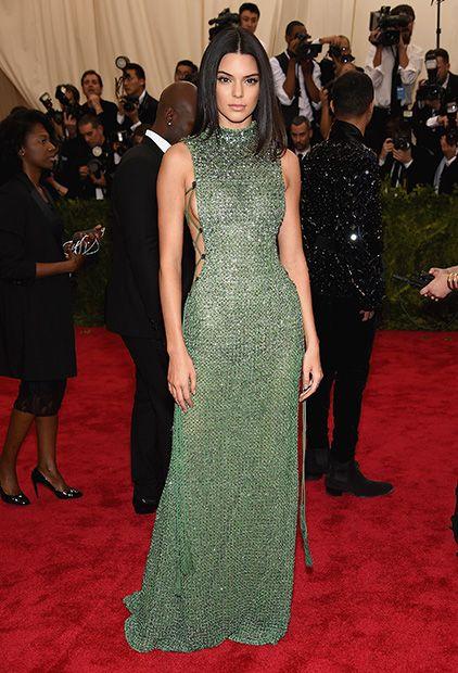 Kendall draagt een jawdropping sparkling groene jurk van Calvin Klein.