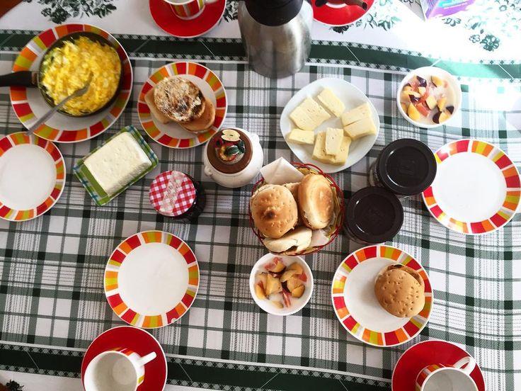 Heej! Har varit på resande fot i 2 dagar nu därav dålig uppdatering! I natt sov vi hos en moster till min kille i den chilenska staden Los Ángeles. Såhär fin frukost fick vi i morse när vi vaknade - klassiskt chilenskt! Rostat bröd ost färskost marmelad äggröra kaffe & te. Jag fixade även ihop en fruktsallad på pomelo & plommon som jag åt med mjölk #frukost #breakfast #desayuno #frukostlove #frukostskål #frukostkärlek #breakfastbowl #breakfastlove #ilovebreakfast #eat #eatclean #chile #clean…