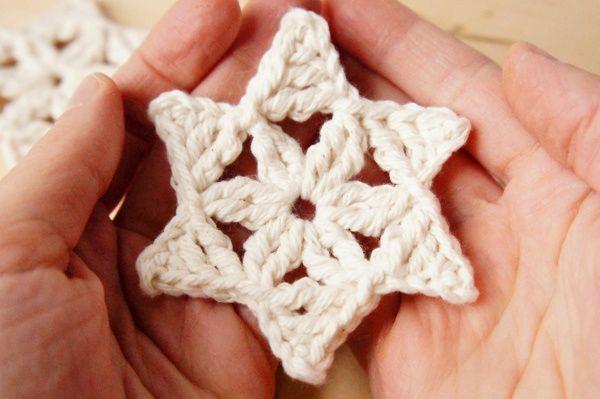Een gratis haakpatroon van een ster. Leuk om in de kerstboom te hangen of op een cadeautje te plakken.