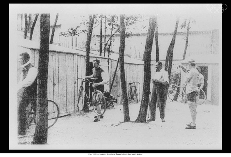 Paris 1900-Cycling events. Participants in the bicycleenclosure.