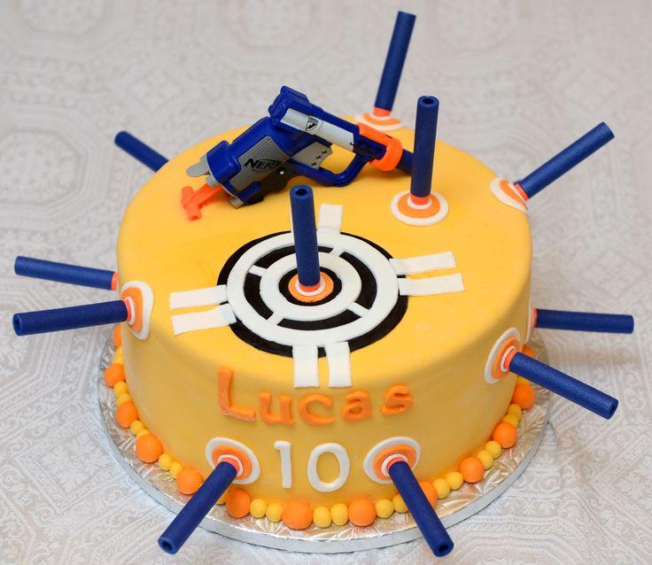 Gâteau 10 pouces au chocolat, glaçage meringue suisse à la vanille et recouvert de fondant. Fusil nerf et flèches en plastique. - 65$+ accessoires.