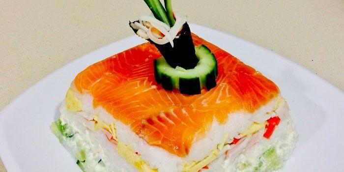 Салат Суши с огурцом, красной рыбой и сыром Филадельфия