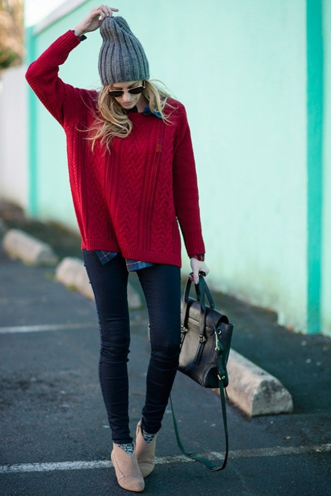 Ideen für ein Casual-Outfit mit Strickpullover, graumelierter Strickmütze und enganliegende Jeans