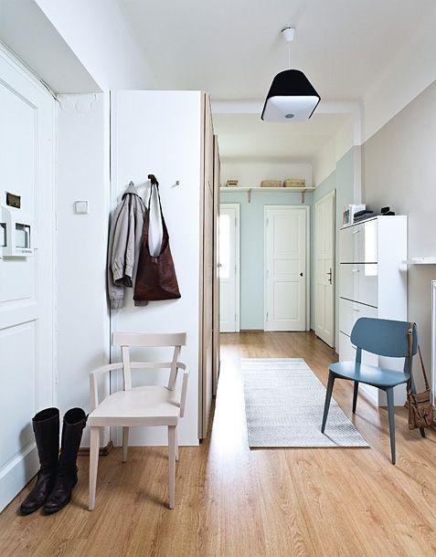MB 04/2013 Chodba je dobrá i na šatnu věšáky na boku skříně, police nade dveřmi k odkládání krabic s čepicemi, velké zrcadlo, kabelky jako dekorace