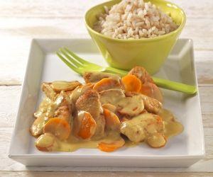 Möhren sind die Karotin-Klassiker. Putenfleisch liefert Eisen, und Kokosmilch sorgt für ein mildes Aroma.