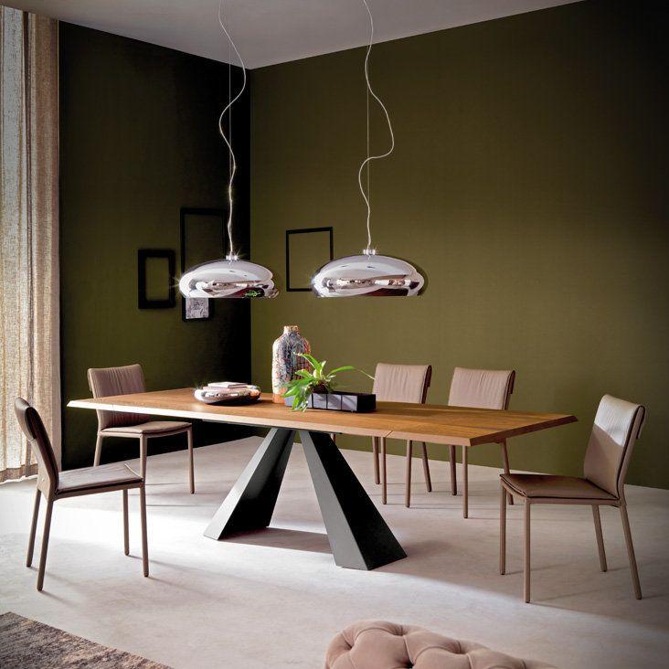 Il tavolo Eliot Wood Drive, design by Giorgio Cattelan per Cattelan Italia, con base in graphite e piano in legno noce Canaletto con bordi irregolari in massello naturale, è un tavolo allungabile, lineare e perfettamente adattabile ad ogni contesto di arredo.