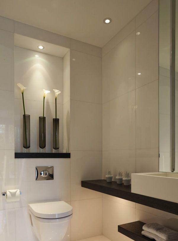 Un moderno diseño de aseo, combinando el color blanco y el marrón oscuro.