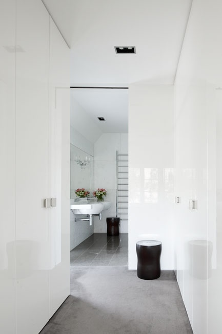 All about the floor-to-ceiling contemporary doors in the hallway. Muy bueno! Toorak Gables Residence. Designed by Inarc Architects, Melbourne, Australia.