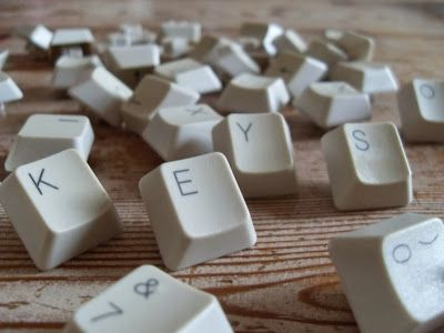 Enoah's world: Zelf fleurige punaises maken. Super leuk idee om oude toetsenbord toetsen te gebruiken als punaise!