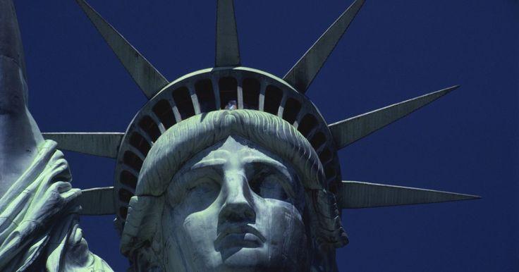 """Cómo eliminar las manchas de óxido verde del cobre. La estatua de la libertad solía tener un color brillante y similar al oro. Esto es porque su """"piel"""" está hecha de un laminado de cobre. Sin embargo, con el tiempo, el óxido del cobre, hizo que de a poco se vaya convirtiendo en el color verde con el que la conocemos en la actualidad. Todo el cobre es susceptible al óxido, incluyendo las monedas, ..."""