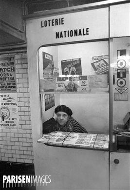 Vendeuse de billets de la Loterie nationale. Métro de Paris, vers 1970.