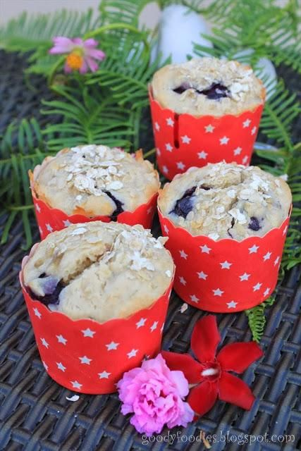Oat, banana and blueberry muffins- Great for kids!  via @Baby Sumo // #banana #muffins #blueberry #recipe