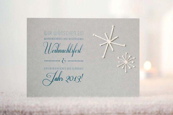 Was gibt es schöneres zur Weihnachtszeit als Schnee, der langsam auf unsere Köpfe rieselt! Wie vermisse ich die bezaubernden Eisblumen an den Scheiben, die man kaum noch findet. Aber auch in Verbindung mit einer Glückwunsch- oder Einladungskarte sehen die Flöckchen ganz bezaubernd aus. Dabei ist nicht nur die Optik toll, sondern die Karte bekommt außerdem …