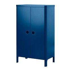 IKEA - BUSUNGE, Garderobekast, , De hoogte van de kledingroede en de planken kan worden aangepast aan het tempo waarin je kind groeit.Door de ingebouwde demper gaan de deuren langzaam, geruisloos en zachtjes dicht.De uitgestanste handgrepen hebben een achterkant van transparante kunststof, waardoor er geen stof en vuil in de la komt, maar je toch een beetje kan zien wat erin zit.De garderobekast heeft zacht afgeronde hoeken en verborgen beslag.Diep genoeg voor standaard kleerhangers voor…