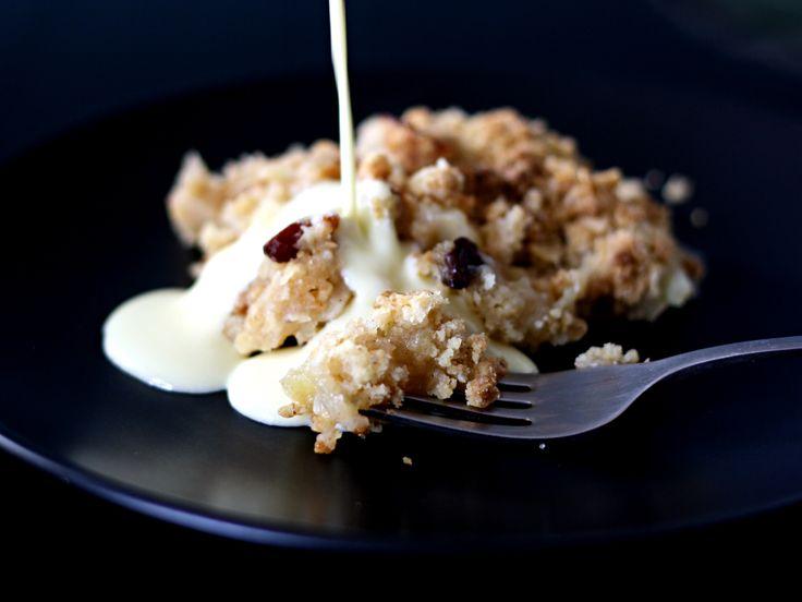 Sprød æblecrumble med lun vanillecreme
