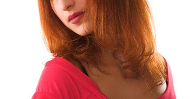 Cómo cambiar de castaño oscuro a pelirrojo. ¿Estás cansada de tener siempre el mismo color de cabello? ¿Buscas un cambio? Agrega algo de fuego a tu cabeza con un toque de rojo. Ya sea un caoba oscuro o un cobre deslumbrante, seguro atraerás miradas con tu nuevo tono.
