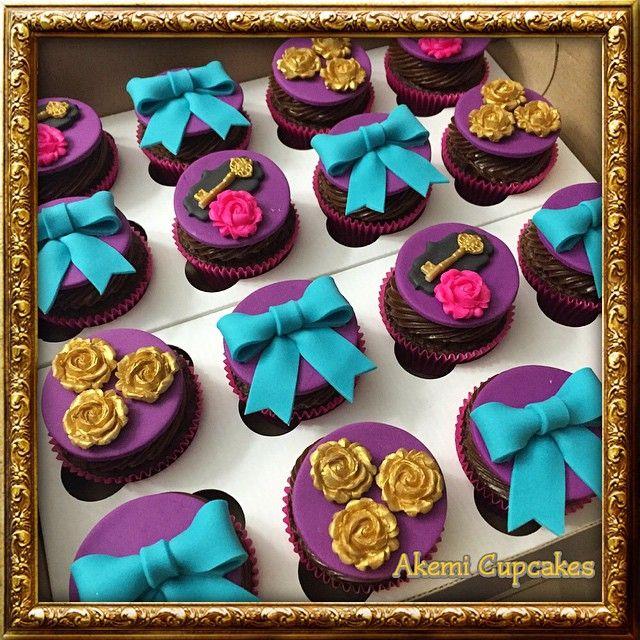 """Cupcakes decorados para as festas """"Ever After High"""" e """"Monster High""""  Peça…"""
