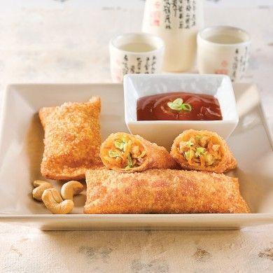 Ces rouleaux de printemps frits donneront des allures de buffet chinois au repas le plus simple. Garnis de volaille, de légumes, de noix et aromatisés d'ingrédients asiatiques, ces egg rolls à saveur d'Orient sont aussi exquis que croustillants sous la dent. Une recette qui plaira aux petits et grands gourmands!