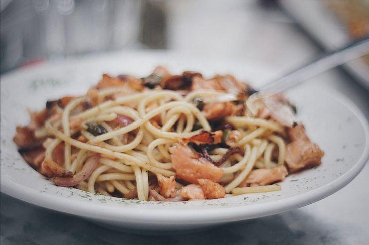 Spaghetti z łososiem w sosie kawowym. Przepis na:  http://kawa.pl/przepisy/przepis/spaghetti-z-lososiem-w-sosie-kawowym/