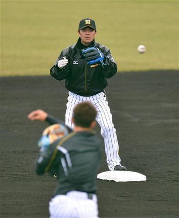 早出特守の鳥谷の送球を受ける阪神・和田監督 =宜野座村営野球場