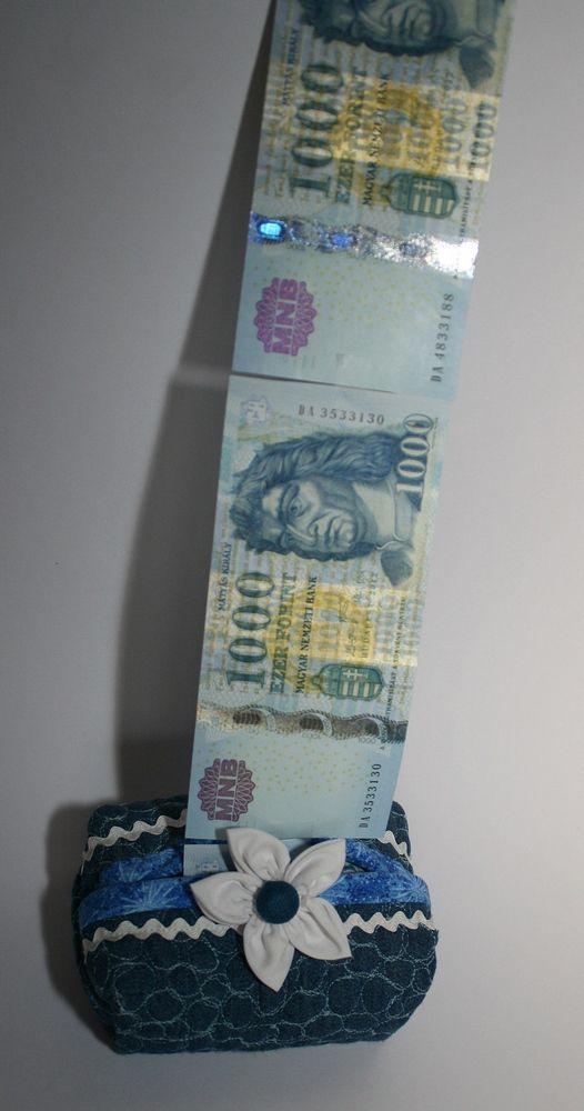 Zsebkendőtartó, melyet ideiglenesen pénzzel is megtölthetsz. Lesz meglepetés, ahogy elkezdi előhúzni belőle az ünnepelt.