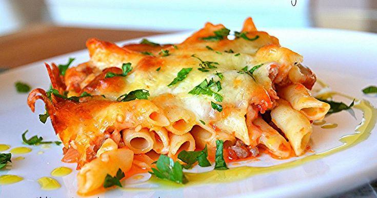 Si te gustan los macarrones con tomate, puedes darles un toque diferente dándoles un toque gratinado con queso rallado.
