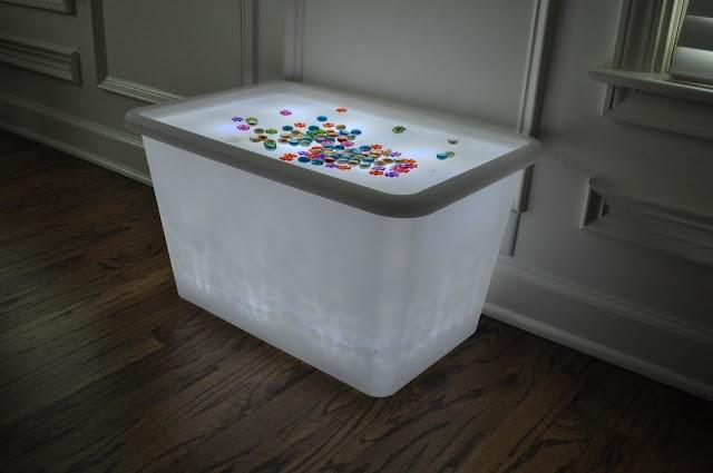 Senzilla taula de llum!!! Un contenidor de plàstic amb una bombeta a dintre.