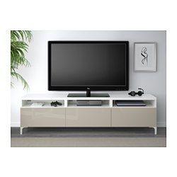 IKEA - BESTÅ, Mobile TV con cassetti, guida cassetto/apertura a pressione, bianco/Selsviken lucido/beige, , Grazie agli accessori integrati per l'apertura a pressione, basta premere leggermente i cassetti per aprirli, senza bisogno di maniglie o pomelli.È facile tenere i cavi della TV e degli altri apparecchi a portata di mano ma non in vista grazie alle apposite aperture sul pannello di fondo del mobile TV.I fori nella parte superiore ti permettono di nascondere i cavi nel mobile TV.I…