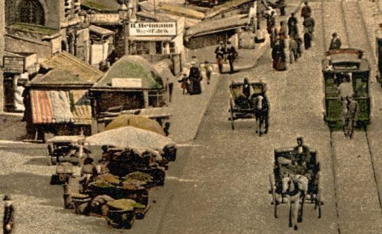 Ruch uliczny na Rynku, widać dorożki oraz tramwaj konny. Po lewej: stragany i wejście do Piwnicy Świdnickiej